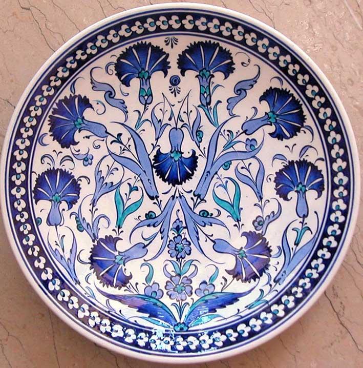 Mavi Beyaz Çini Desenleri Karanfil Bahçesi Duvar ve Vitrin Süslemesi İçin Dekoratif Hediyeler Yaldızlı Tabak Semazenli Tabak Duvar süsü çini tabak Hat Yazılı çini Mevlana Tabaklar