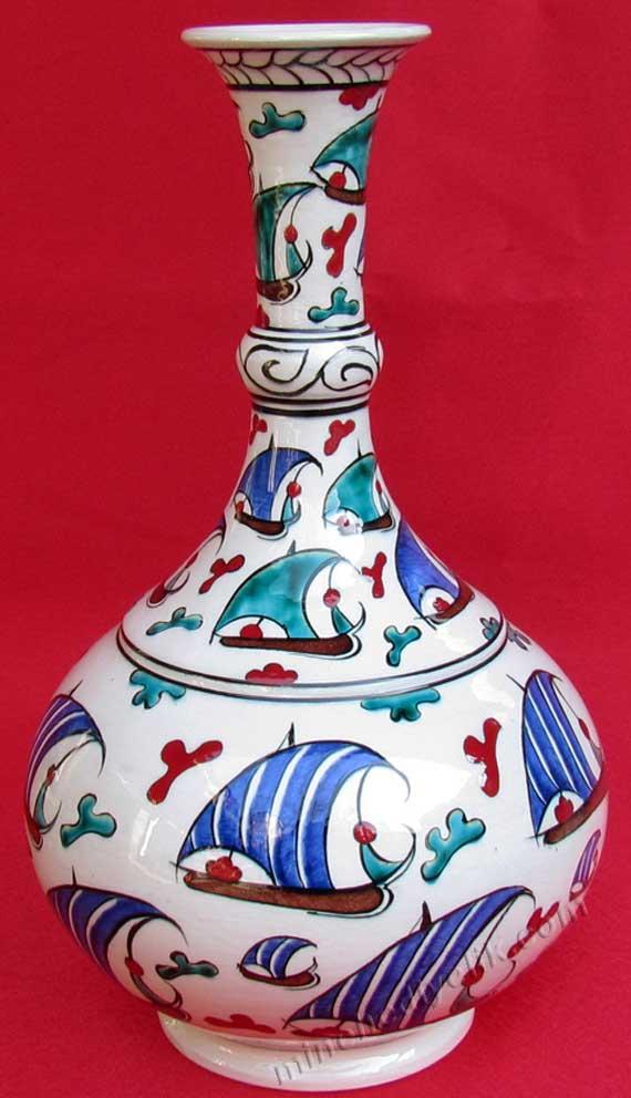 El Emeği Göz Nuru Geleneksel Anadolu Sanatları. Türkiye yi temsil edebilecek en güzel sanatsal hediyeler el yapımı göz doyuran yıllarca kalıcı Osmanlı kalyon gemi desenli çini vazo modelleri ve çeşitleri gemici ve denizciler için hediyeler