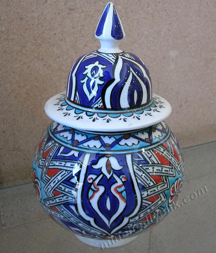 geleneksel anadolu Selçuklu dönemi çini ve seramik sanatı nazilli mavi beyaz ve renkli yıldız geçme motifleri kavanozlar el yapımı işlemeli küre küpler