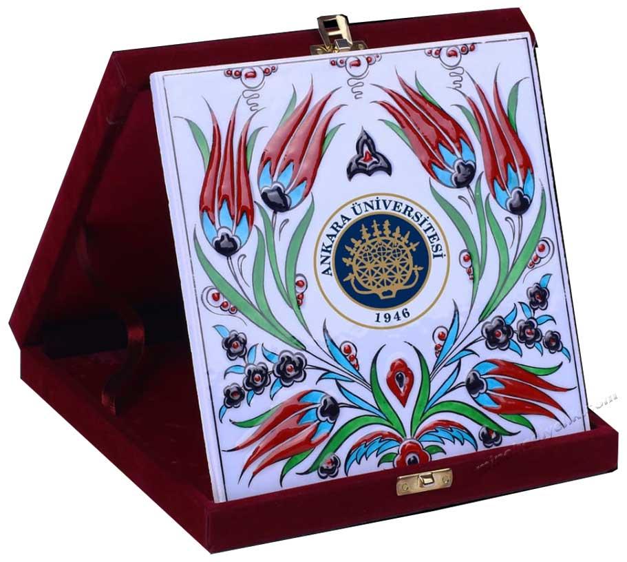 Logo Baskılı hediyelik çini panolar kurumsal firma baskılı özel tasarım çini ve seramik tablolar iznik karoları kütahya karoları osmanlı tarzı hediyelikler kadife kutulu logolu çiniler  promosyon amaçlı hediyelikler osmanlı saray çinileri