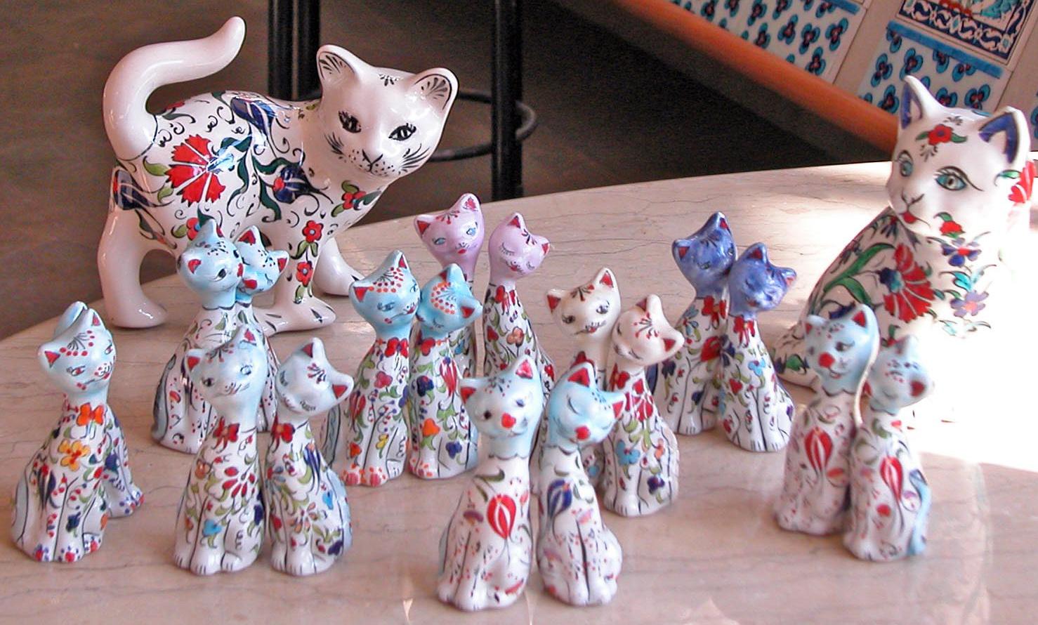 Çiniden ve Seramikten Yapılmış Desenli Motifli Büyük ve Küçük Kediler İkiz Kediler Sevgili Kediler el yapımı çini hayvan heykelleri figürleri resimleri görselleri şekilleri yaratıcı dan yansıyan güzellik
