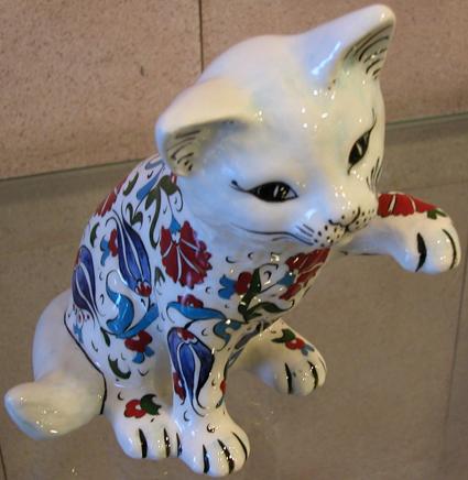 Hayvanseverler için kedili hediyeler, havyan severler için hediyelik çini ve seramik kediler el yapımı çini hayvan figürleri resimleri görselleri heykelleri