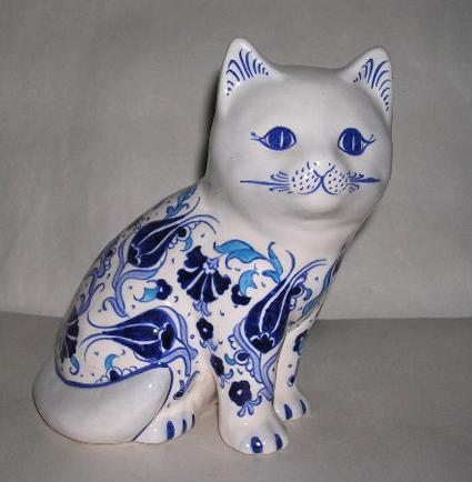 El Yapımı Çini Biblolar Çini Hayvan Serisi Çini Hayvan Bibloları Mavi Beyaz Desenli Çini ve Seramik Kediler Köpekler mavi beyaz desenli cini seramik kedi biblosu
